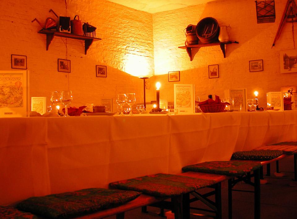 Gedeckte Tafel in der Kelterhalle im Weingut Broel